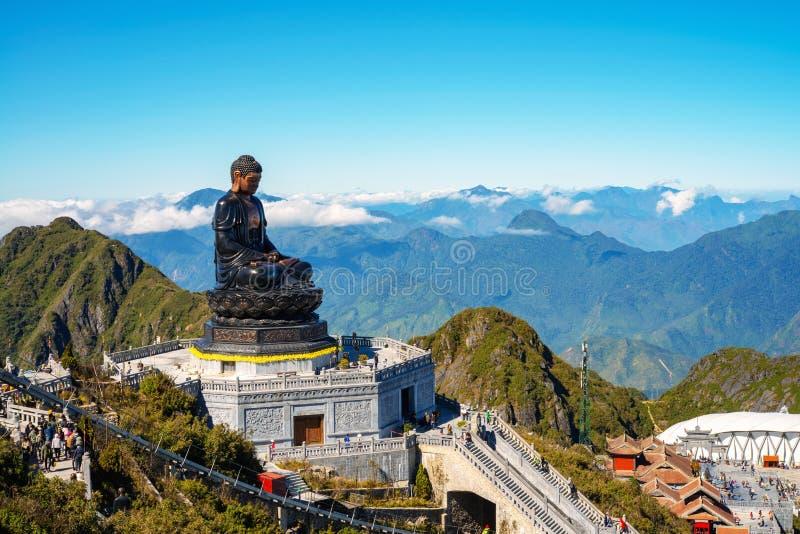 Stor buddha staty upptill av det Fansipan berget royaltyfria bilder