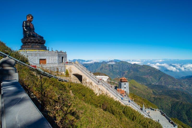 Stor buddha staty upptill av det Fansipan berget royaltyfri foto