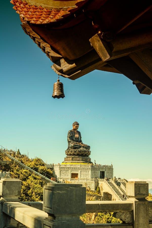 Stor buddha staty upptill av det Fansipan berget royaltyfri fotografi