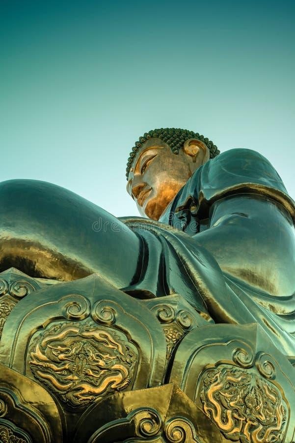 Stor buddha staty upptill av det Fansipan berget arkivfoton