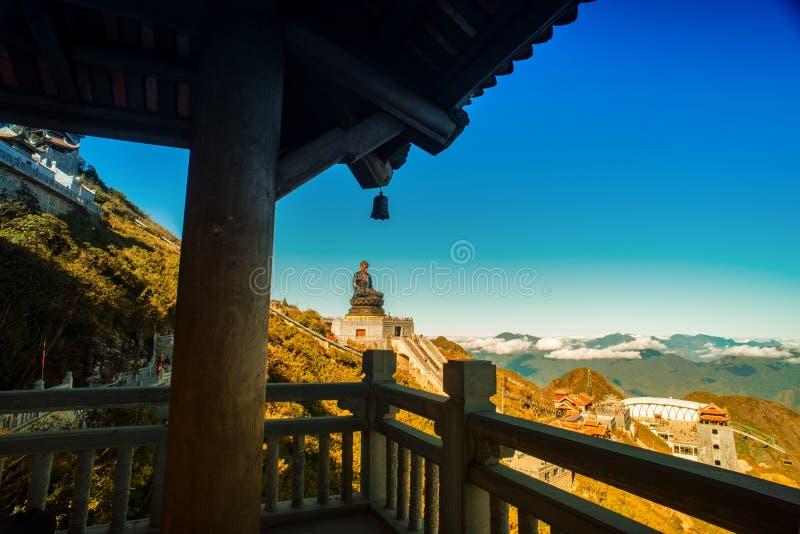 Stor buddha staty upptill av det Fansipan berget arkivbilder