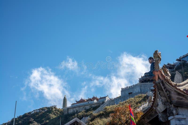 Stor buddha staty upptill av det Fansipan berget royaltyfri bild