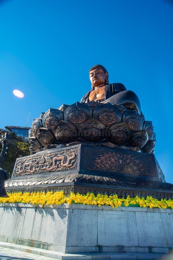 Stor buddha staty upptill av det Fansipan berget arkivfoto