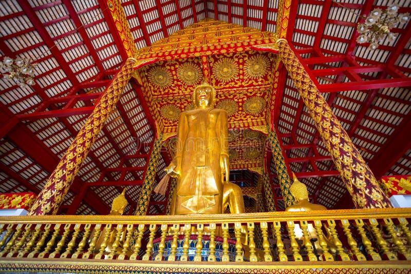 Stor Buddhastaty i Wat Suan Dok Temple, Chiang Mai, Thailand arkivfoto