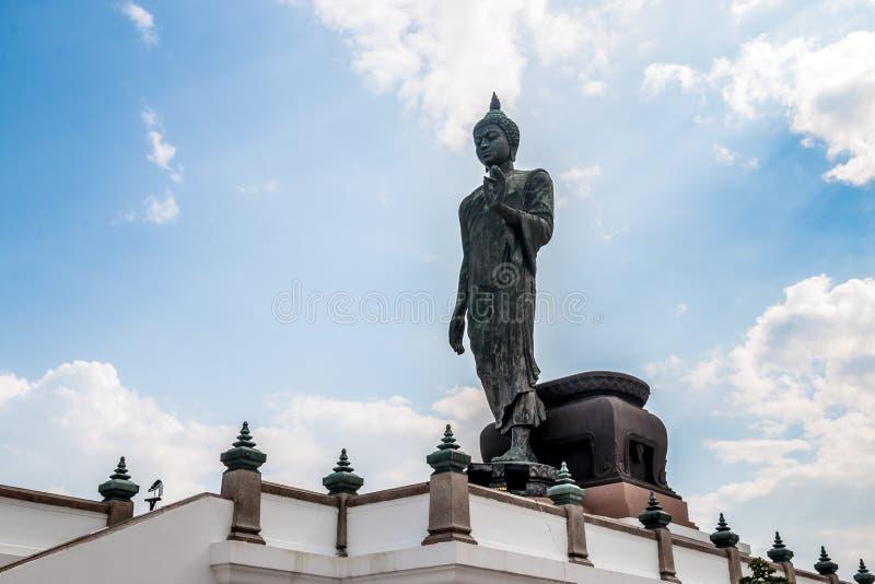 Stor Buddhastaty med blå himmel i Thailand royaltyfria bilder