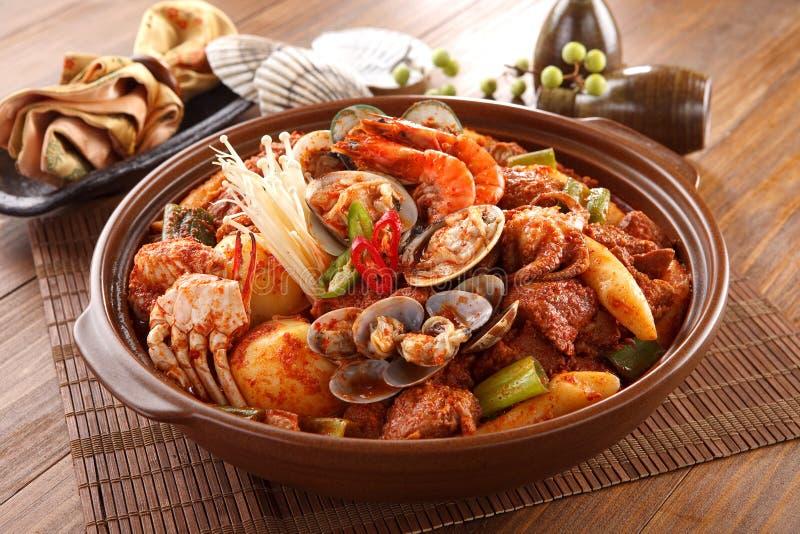 Stor bunke av kryddig havs- galbijjim med musslor, räka, bläckfisk, arkivfoton