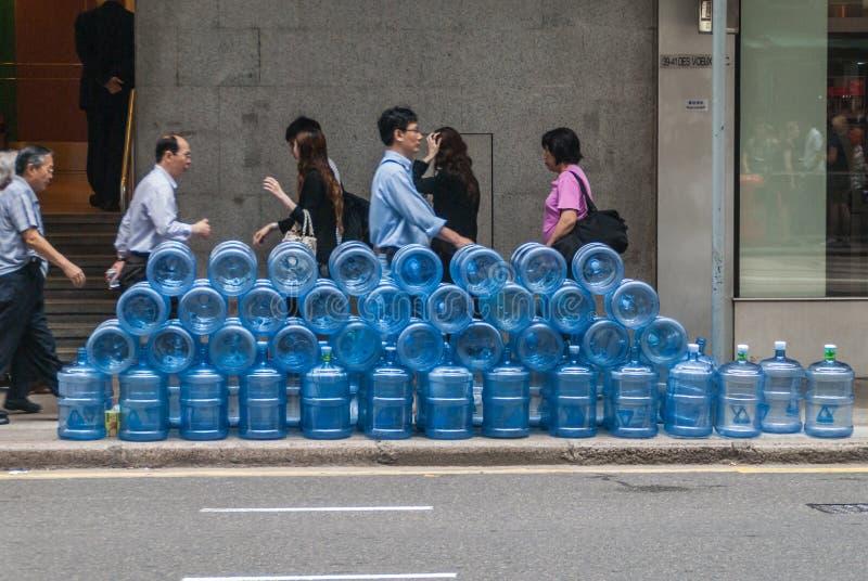 Stor bunt av 5 gal. plast- vattenbehållare på Hong Kong Island, Kina arkivfoton