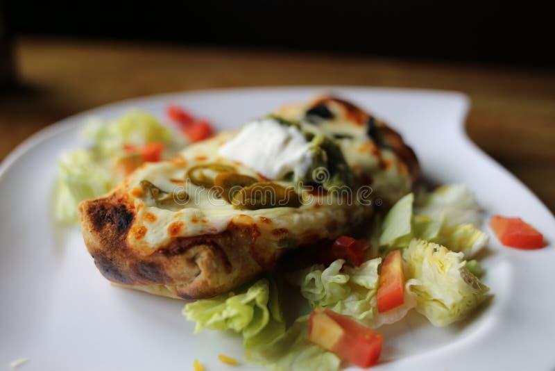 Stor Burrito på en vit platta royaltyfri bild