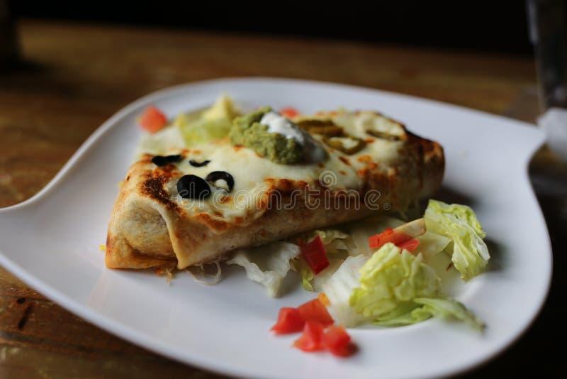 Stor Burrito på en vit platta royaltyfri fotografi