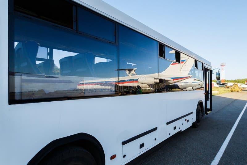 Stor buss i flygplatsen royaltyfri bild