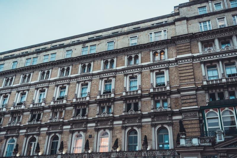 Stor byggnad med få ljus på royaltyfri bild