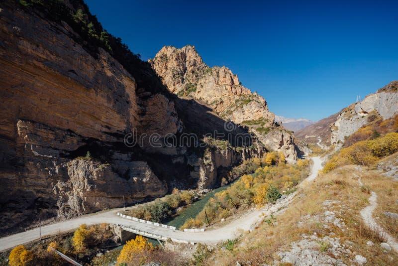 Stor Chegem flodkanjon i den soliga guld- hösten, republik av Kabardino-Balkaria, flyg- sikt royaltyfri fotografi