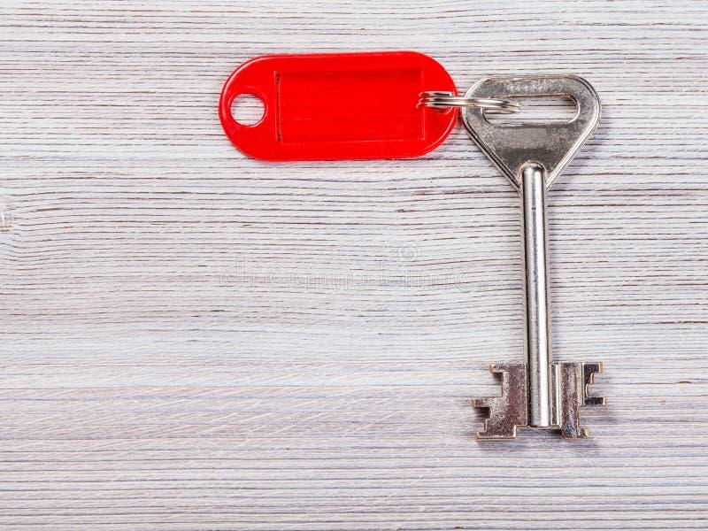 Stor dörrtangent med den röda nyckel- kedjan på träbräde fotografering för bildbyråer