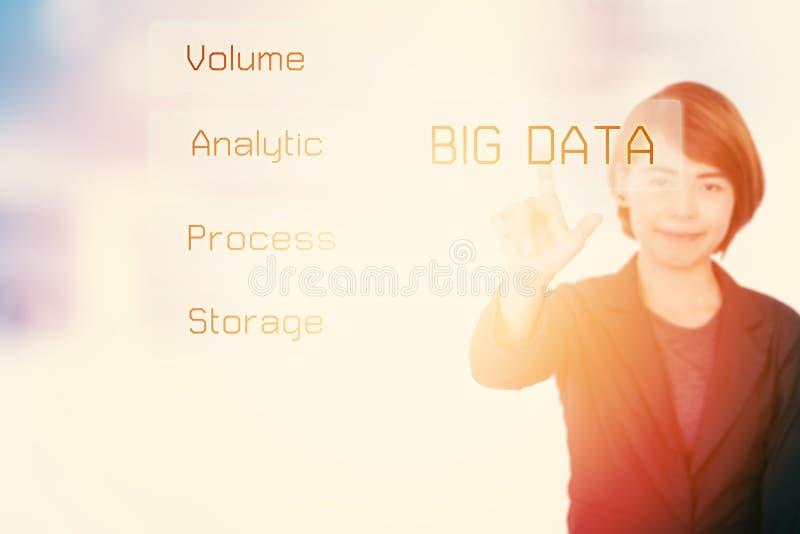 Stor dataaffärskvinna som framlägger information om begreppsteknologi arkivbild