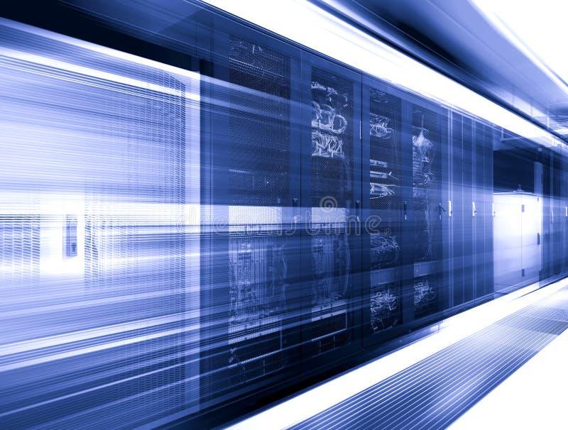 Stor datacenter med kontrollenheter i tolkning för suddighet för serverrumrörelse 3d royaltyfri illustrationer