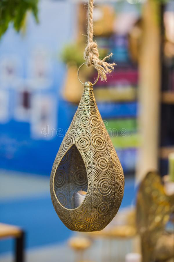 Stor dekorativ hängande ljusstake för brons för hem planlägg indier arkivfoton