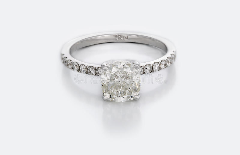 Stor Diamond Solitaire Engagement eller vigselring royaltyfria bilder