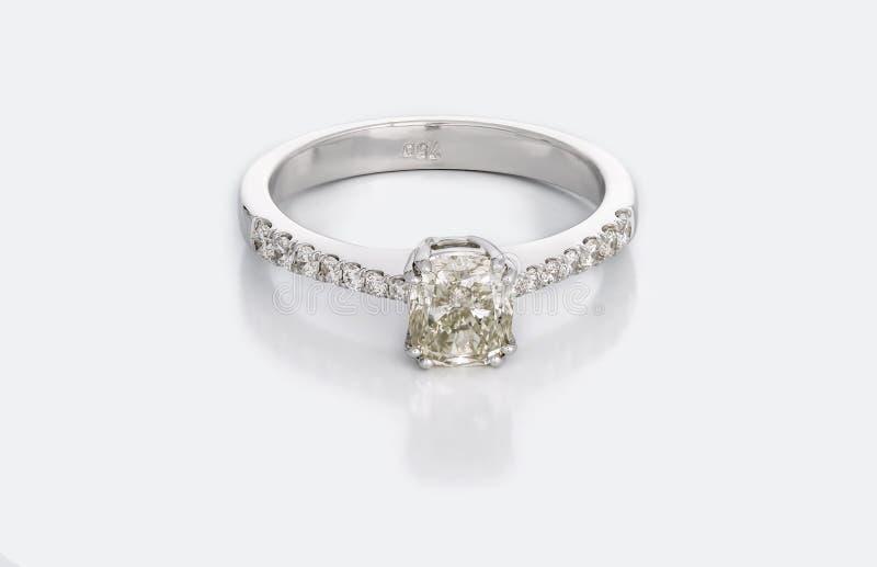 Stor Diamond Solitaire Engagement eller vigselring royaltyfri foto