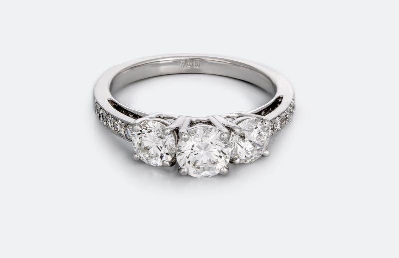Stor Diamond Solitaire Engagement eller vigselring royaltyfri fotografi