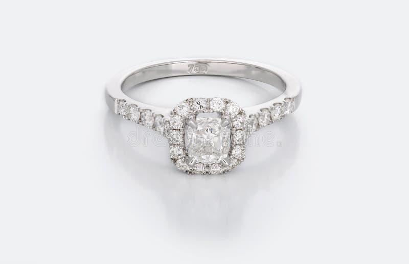 Stor Diamond Solitaire Engagement eller vigselring fotografering för bildbyråer