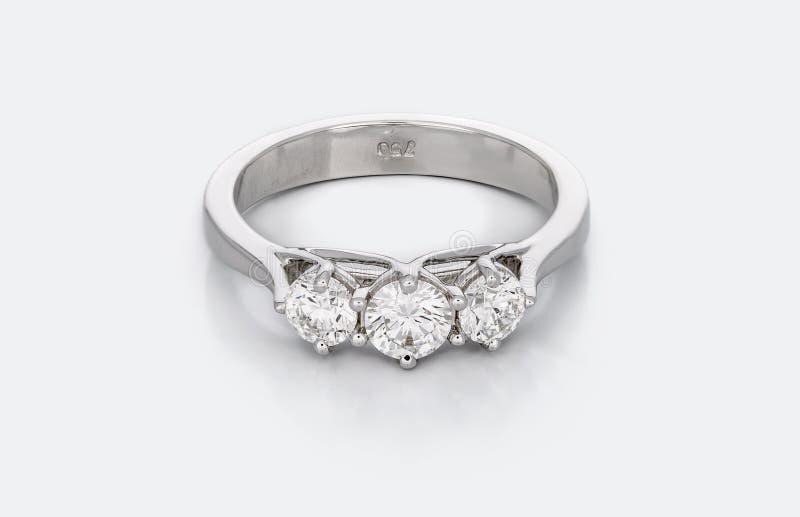 Stor Diamond Solitaire Engagement eller vigselring arkivfoton