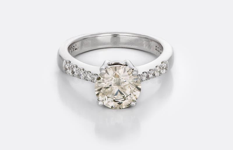 Stor Diamond Solitaire Engagement eller vigselring royaltyfria foton