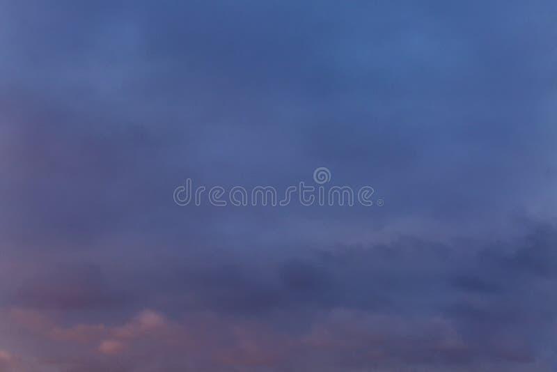 Stor dramatisk solnedgång på himlen arkivfoto