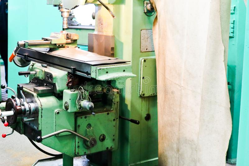 Stor drejbänk för metalljärnbänk, utrustning för reparationen, arbete med metall i seminariet på den metallurgical växten i repar royaltyfri fotografi