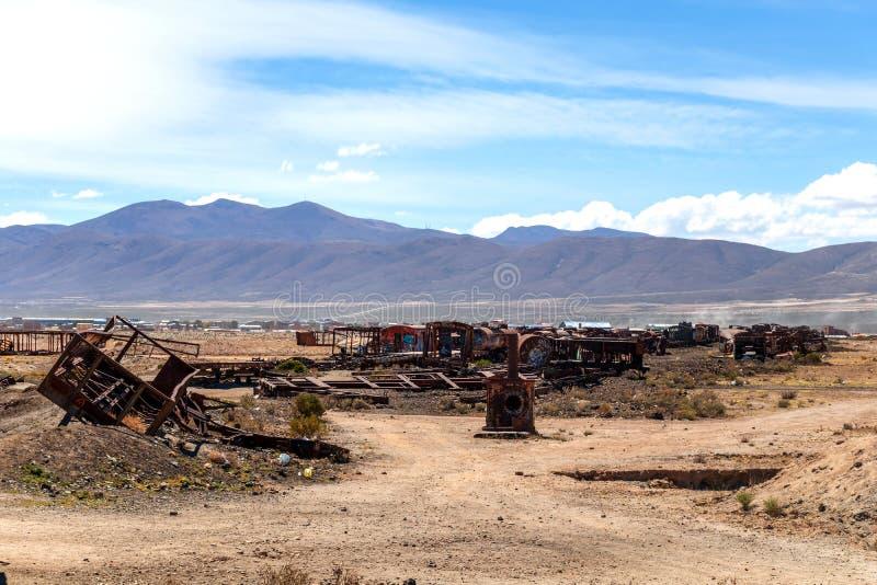 Stor drevkyrkogård eller kyrkogård för ångalokomotiv på Uyuni, Bolivia arkivbilder