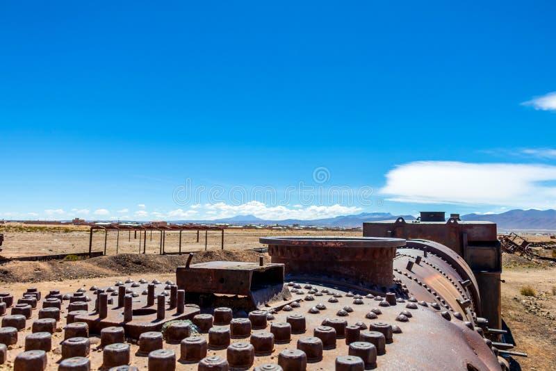 Stor drevkyrkogård eller kyrkogård för ångalokomotiv på Uyuni, Bolivia royaltyfria foton