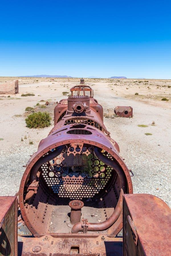 Stor drevkyrkogård eller kyrkogård för ångalokomotiv på Uyuni, Bolivia royaltyfri fotografi