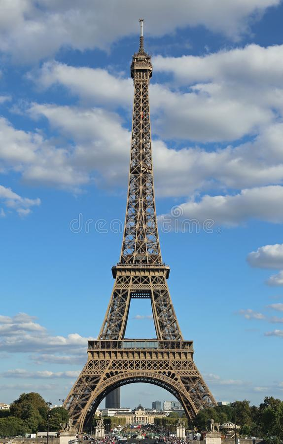 stor Eiffeltorn med blå himmel och moln från Trocaderoen in arkivfoto
