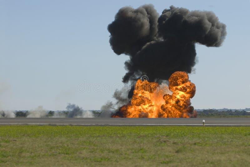 Stor explosion på flygplatslandningsbana fotografering för bildbyråer