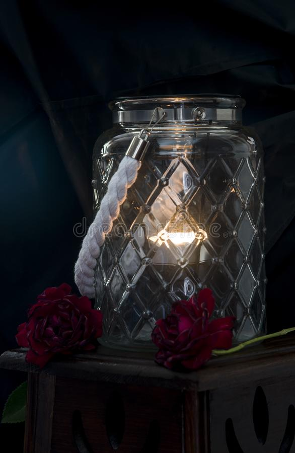 Stor exponeringsglasvas med en tänd stearinljus royaltyfria bilder