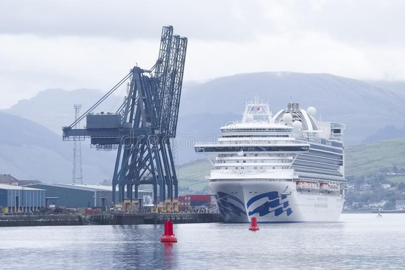 Stor färja för kryssningskepp med turister som reser att stoppa på Greenock, Skottland royaltyfri fotografi