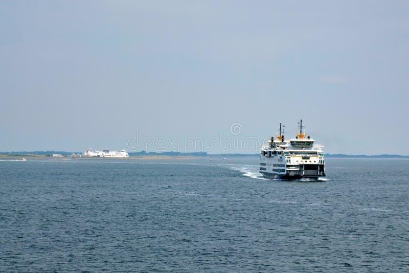 Stor färjakorsning mellan fastlandstaden Den Helder och ön Texel på havet arkivfoto