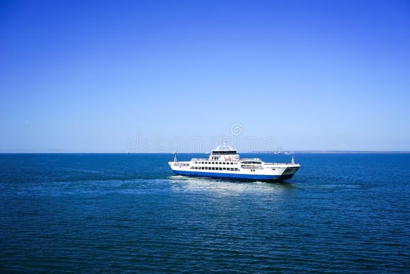 Stor färjasegling i kanalen av Kerch på bakgrunden av det blåa havet och klar himmel på en solig dag royaltyfri fotografi