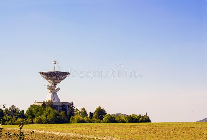 Stor för radarantenn för satellit- maträtt station i grönt fält arkivbilder