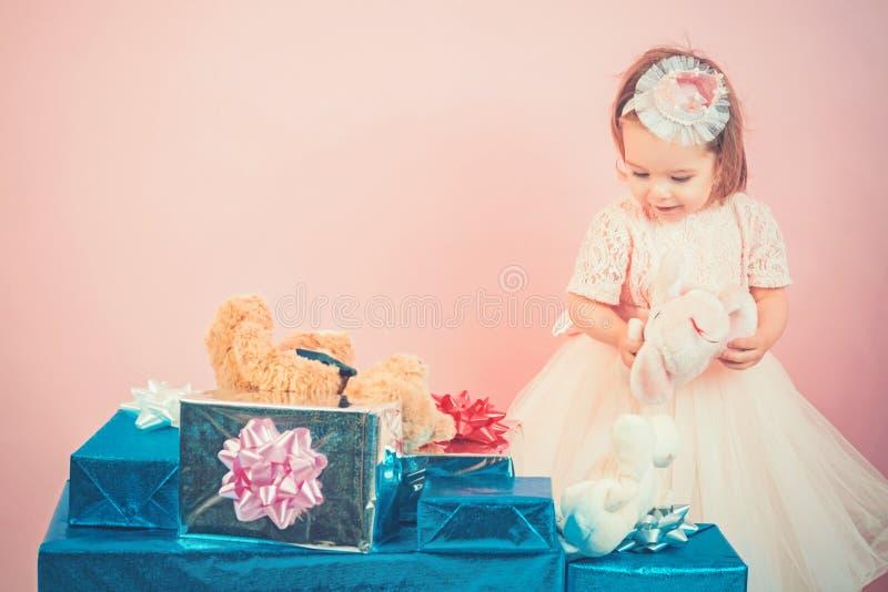 stor försäljning i shoppinggalleria lycklig födelsedag Parti för nytt år Lycklig barndom av lilla flickan Ungeshopping Isolat på  royaltyfri bild