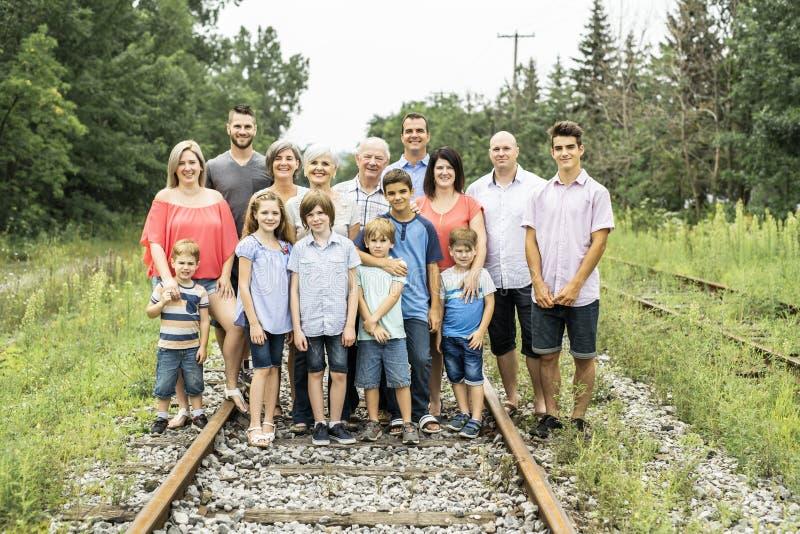 Stor familj med den kusinmorförälderfadern och ungen på en skog fotografering för bildbyråer