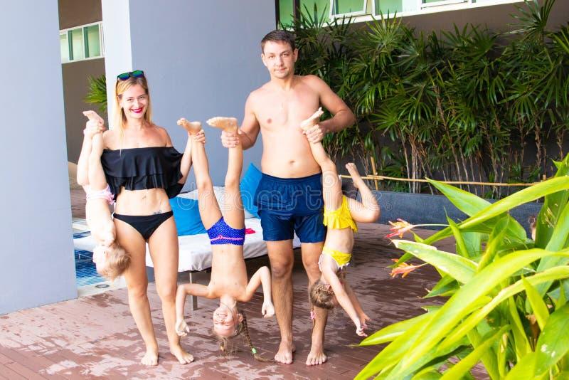 Stor familj på semester vid pölen Begreppet av en lycklig familj Fader, moder och tre döttrar tillsammans _ royaltyfri bild