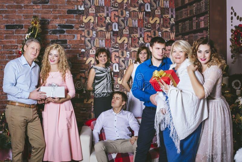 Stor familj som är lycklig med härliga leenden att fira jul royaltyfri fotografi