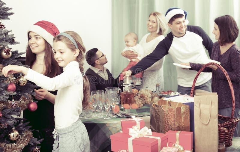 Stor familj som firar Xmas royaltyfri foto