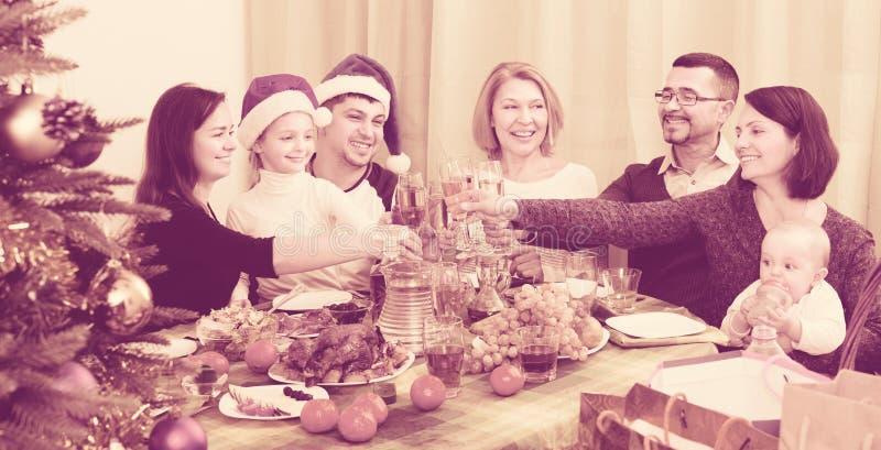 Stor familj som tillsammans firar arkivfoton
