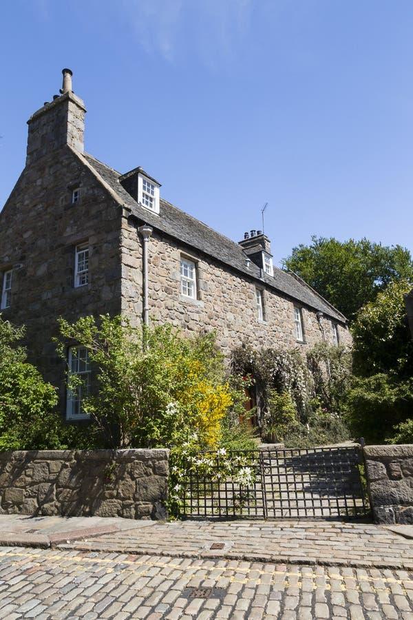 Stor fieldstone och kritisera-taklagt radhus i Aberdeen arkivbild