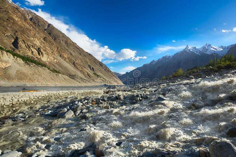 Stor flod på vägen till karakoramberget arkivfoton