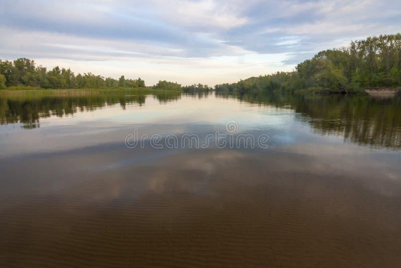 Stor flod Volga i Ryssland, molnen, himmel royaltyfri foto