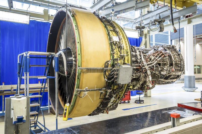 Stor flygplanmotor under underhåll arkivbilder