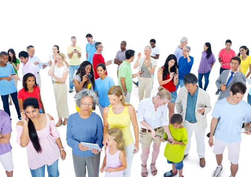 Stor folkmassa av folk som kläs tillfälligt arkivbilder
