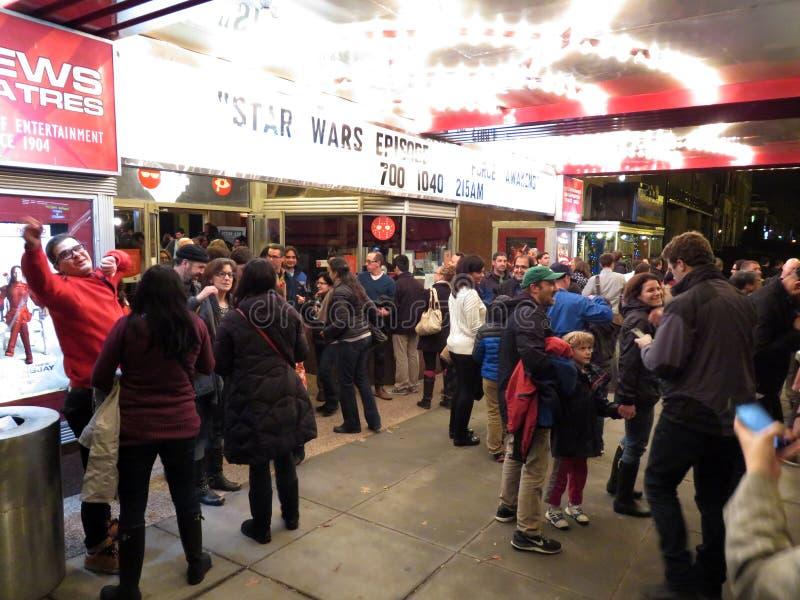 Stor folkmassa på den Star Wars filmen arkivfoton